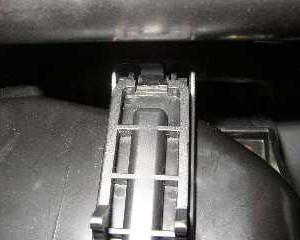 снимаем крышку фильтра Hyundai Accent